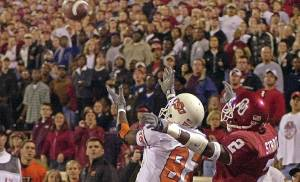 BEDLAM: UNIVERSITY OF OKLAHOMA VS OKLAHOMA STATE UNIVERSITY COLLEGE FOOTBALL AT NORMAN, OKLA. SATURDAY NOV. 24, 2001. OSU receiver Rashaun Woods goes for a touchdown catch in front of OU's Derrick Strait in the fourth quarter. Woods made the catch to win the game. OSU won, 16-13. Staff photo by Nate Billings.