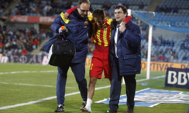 FC Barcelona's Neymar from Brazil, centre, leaves the field injured during a Spanish Copa del Rey match between FC Barcelona and Getafe at the Coliseum Alfonso Perez stadium in Madrid, Spain, Thursday, Jan. 16, 2014. (AP Photo/Andres Kudacki)