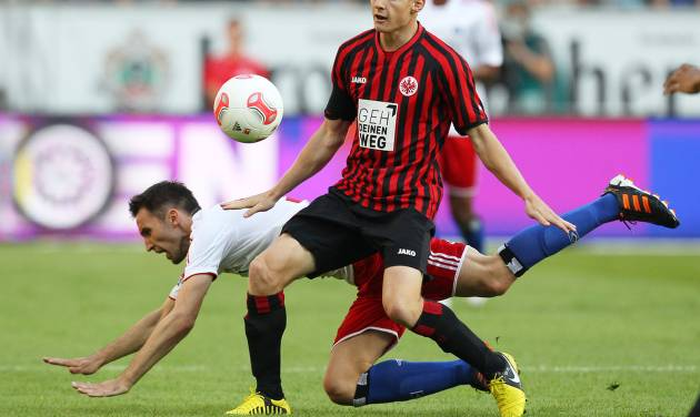 Frankfurt's Sebastian Rode, right, and Hamburg's Milan Badelj of Croatia challenge for the ball during the German first division Bundesliga soccer match between Eintracht Frankfurt and Hamburger SV in Frankfurt, Germany, Sunday, Sept. 16, 2012. (AP Photo/MichaelProbst) - NO MOBILE USE UNTIL 2 HOURS AFTER THE MATCH, WEBSITE USERS ARE OBLIGED TO COMPLY WITH DFL-RESTRICTIONS, SEE INSTRUCTIONS FOR DETAILS -