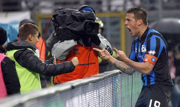 Atalanta's German Denis, right, of Argentina, celebrates his second goal with his son Matias during a Serie A soccer match against Napoli in Bergamo, Italy, Sunday, Feb. 2, 2014. (AP Photo/Felice Calabro')
