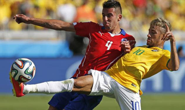 Brazil's Neymar, right, fights for the ball with Chile's Mauricio Isla during their World Cup round of 16 soccer match at Mineirao Stadium in Belo Horizonte, Brazil, Saturday, June 28, 2014. (AP Photo/Frank Augstein)