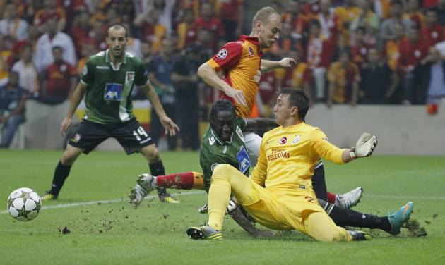 Braga's Eder, center, Galatasaray's Fernando Muslera, right, and Semih Kaya fight for the ball during their Champions League soccer match in Istanbul, Turkey, Tuesday, Oct. 2, 2012.(AP Photo)