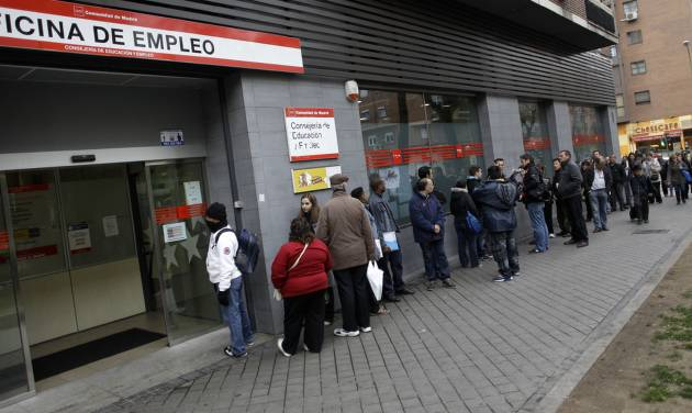 People line up to enter a government employment benefit office in Madrid, Spain, Friday, April 27, 2012. Spain's economic problems were put in sharp relief as Official figures showed that unemployment has spiked to 24.4 percent in the first quarter of 2012, the highest rate in the 17-country eurozone, from 22.9 percent in the fourth quarter of 2011. 365,900 people lost their jobs in the first three months of the year, taking the total unemployed to 5.6 million. (AP Photo/Alberto Di Lolli)