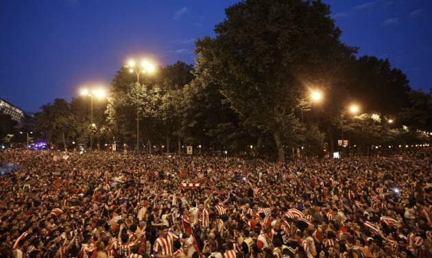 Atletico Madrid supporters gather at the Neptuno fountain after winning La Liga, the Spanish first division soccer title, in Madrid, Saturday, May 17, 2014. A  1-1 draw against Barcelona give Atletico his first La Liga title for 18 years. (AP Photo/Daniel Ochoa de Olza)