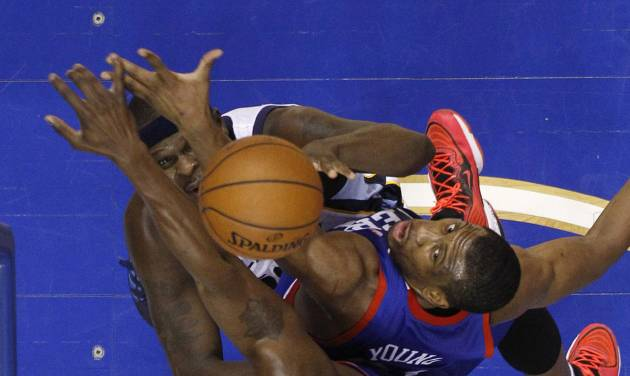 Memphis Grizzlies' Zach Randolph, top left, gets a shot past Philadelphia 76ers' Thaddeus Young, center, and Henry Sims during the first half of an NBA basketball game, Saturday, March 15, 2014, in Philadelphia. (AP Photo/Matt Slocum)