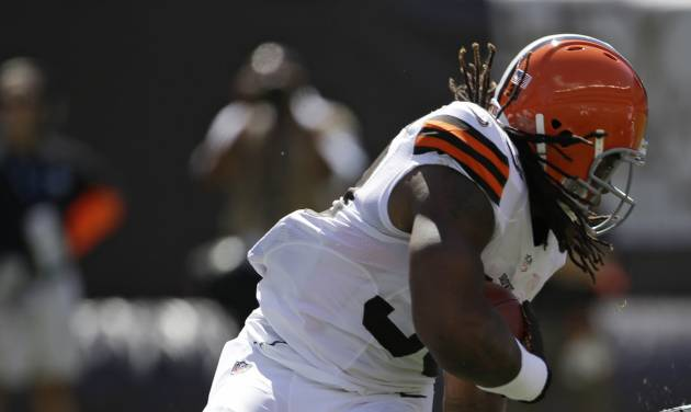 Cleveland Browns running back Trent Richardson (33) runs for one yard in the first quarter of an NFL football game against the Philadelphia Eagles, Sunday, Sept. 9, 2012, in Cleveland. (AP Photo/Mark Duncan)