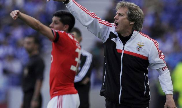 Benfica's coach Jorge Jesus, right, and Enzo Perez, from Argentina, gesture on the sidelines, during the match with FC Porto in the last round of the Portuguese League soccer match at the Dragao stadium in Porto, Portugal, Saturday, May 10, 2014. Porto won 2-1. (AP Photo/Paulo Duarte)