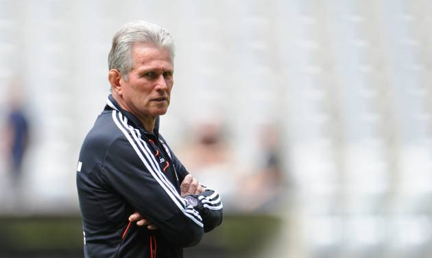 Munich's head coach Jupp Heynckes watches the Bayern Munich squad at a training session in Munich, Germany, Tuesday May 14, 2013. Bayern Munich will face German club of  Borussia Dortmund in a Champions League final match in London on May 25, 2013. (AP photo/dpa,Andreas Gebert)