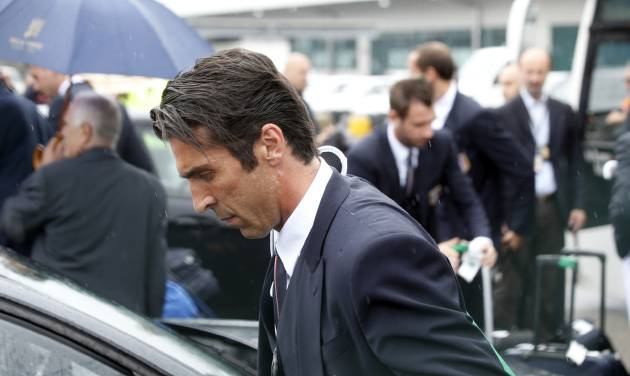Italy goalkeeper Gianluigi Buffon carries his luggage upon his arrival with his teammates at Malpensa airport after landing from Brazil, in Milan, Italy, Thursday, June 26, 2014. Italy was disqualified from the World Cup after loosing to Uruguay in their group stage round.  (AP Photo/Luca Bruno)