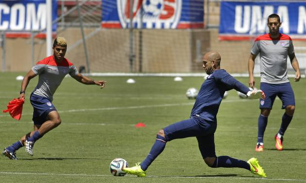 United States goalie Tim Howard, second from right,  works out with teammates during training in preparation for the World Cup soccer tournament on Thursday, May 22, 2014, in Stanford, Calif. (AP Photo/Ben Margot)