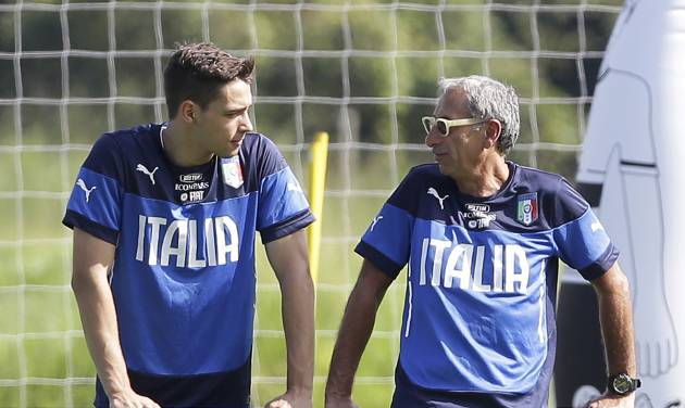 Team physician Enrico Castellacci, right, talks with Italy's Mattia De Sciglio during a training session in Mangaratiba, Brazil, Monday, June 16, 2014. Italy plays in group D of the Brazil 2014 soccer World Cup. (AP Photo/Antonio Calanni)