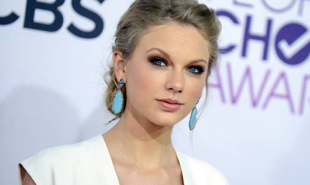 """FILE - This Jan. 9, 2013 file photo shows Taylor Swift at the People's Choice Awards at the Nokia Theatre in Los Angeles. A new girl is coming to Fox's """"New Girl"""": Taylor Swift. A representative for the Grammy-winning singer said Thursday, March 28, 2013, that Swift will appear on the May 14 season finale of the hit show. (Photo by Jordan Strauss/Invision/AP, file)"""