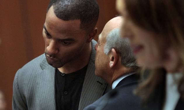Former NFL safety Darren Sharper, right, huddles with attorney Leonard Levine in Los Angeles Superior Court on Thursday, Feb. 20, 2014, in Los Angeles. Sharper has pleaded not guilty to charges that he drugged and raped two women he met at a West Hollywood night club. (AP Photo/Los Angeles Times, Bob Chamberlin, Pool)