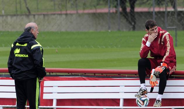 Spain's head coach Vicente del Bosque, left, and goalkeeper Iker Casillas talks during a training session at the Atletico Paranaense training center in Curitiba, Brazil, Friday, June 20, 2014. Spain play in group B of the Brazil 2014 World Cup. (AP Photo/Manu Fernandez)