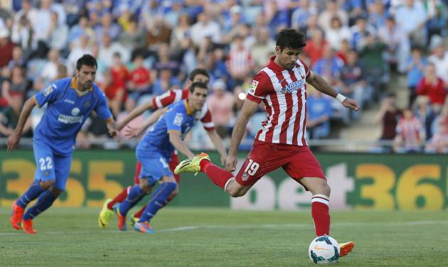 Atletico's Diego Costa, right, misses a penalty kick during a Spanish La Liga soccer match between Getafe and Atletico Madrid at the Coliseum Alfonso Perez  stadium in Madrid, Spain, Sunday, April 13, 2014. (AP Photo/Andres Kudacki)