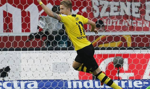 Dortmund's Marco Reus celebrates his side's third goal during a soccer match of German Bundesliga between VfB Stuttgart and Borussia Dortmund in Stuttgart, Germany, Saturday, March 29, 2014. (AP Photo/Michael Probst)