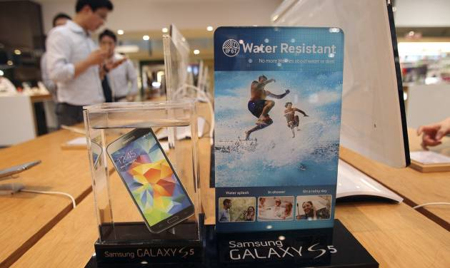 A Samsung Electronics' Galaxy S5 smartphone is displayed at the company's showroom in Seoul, South Korea, Thursday, July 31, 2014. Samsung Electronics Co. reported a bigger-than-expected fall in second quarter profit on Thursday and said it was uncertain if earnings from its handset business would improve in the current quarter.(AP Photo/Ahn Young-joon)
