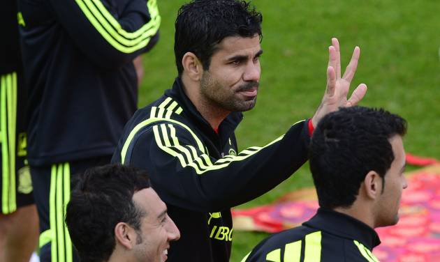 Spain's Diego Costa waves from the pitch during a promotional event, before the start of a training session at the Atletico Paranaense training center in Curitiba, Brazil, Tuesday, June 10, 2014. Spain will play in group B of the Brazil 2014 World Cup. (AP Photo/Manu Fernandez)