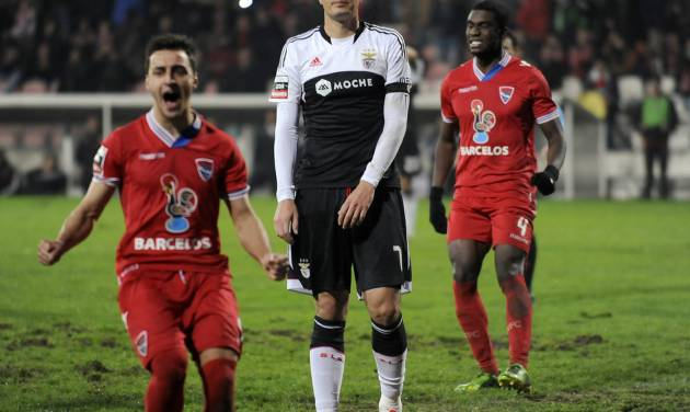 Benfica's Oscar Cardozo, centre, from Paraguay reacts after failing to score a penalty against Gil Vicente in a Portuguese League soccer match at the Cidade de Barcelos stadium, in Barcelos, northern Portugal, Saturday, Feb. 1, 2014. The match ended in a 1-1 draw. (AP Photo/Paulo Duarte)