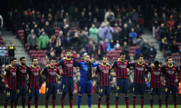 FC Barcelona's players observe a minute of silence in memory of Luis Aragones prior to Spanish La Liga soccer match between FC Barcelona and Valencia at the Camp Nou stadium in Barcelona, Spain, Saturday, Feb. 1, 2014. Former footballer and manager of Spain national team Luis Aragones died Saturday at the age of 75. (AP Photo/Manu Fernandez)