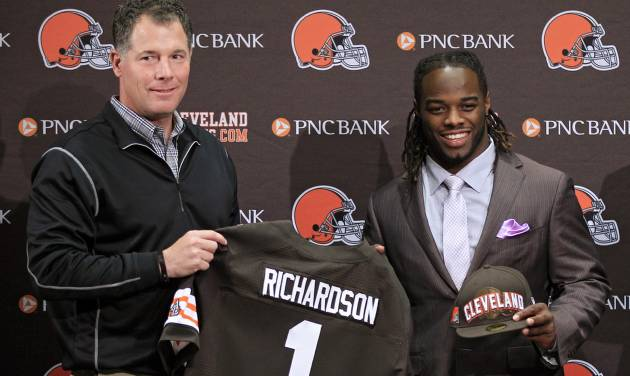 Cleveland Browns first round draft pick, running back Trent Richardson, right, poses with head coach Pat Shurmur at the NFL football team's headquarters in Berea, Ohio Friday, April 27, 2012. Richardson was taken with the third overall pick in the 2012 NFL draft. (AP Photo/Mark Duncan)