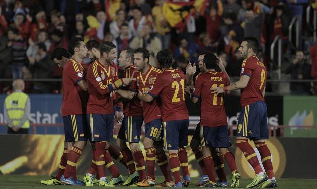 Spain's players celebrate Xavi Hernandez's goal during a 2014 World Cup Group I qualifying soccer match between Spain and Belarus at the  Iberostar Estadi in Palma de Mallorca, Spain, Friday Oct. 11, 2013. (AP Photo/Manu Mielniezuk)