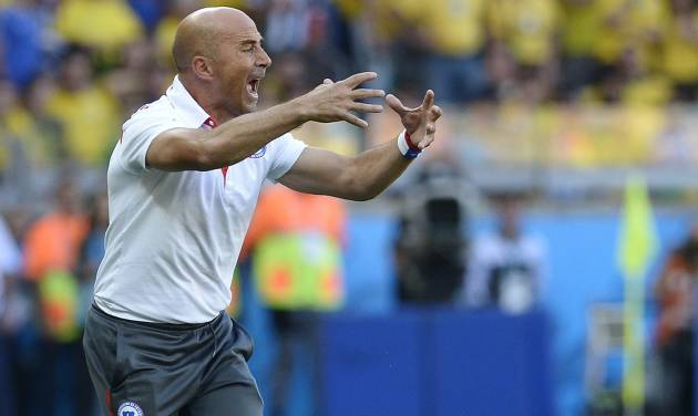 Chile's head coach Jorge Sampaoli yells at his players during the World Cup round of 16 soccer match between Brazil and Chile at the Mineirao Stadium in Belo Horizonte, Brazil, Saturday, June 28, 2014. (AP Photo/Manu Fernandez)