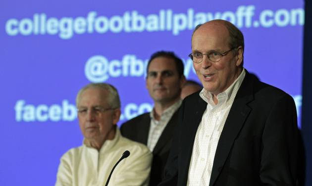 Bill Hancock, executive director of the Bowl Championship Series, introduces the new name - College Football Playoffs - and competition framework of what will replace the BCS in 2014 at a meeting of the football conference commissioners in Pasadena, Calif., Tuesday, April 23, 2013. (AP Photo/Reed Saxon) ORG XMIT: CARS208