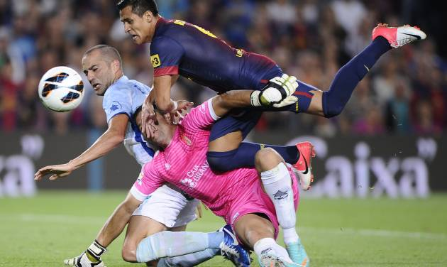 FC Barcelona's Alexis Sanchez, from Chile, right, duels for the ball against against Granada's Borja Gomez, left, and Tono Martinez, center, during a Spanish La Liga soccer match at the Camp Nou stadium in Barcelona, Spain, Saturday, Sept. 22, 2012. (AP Photo/Manu Fernandez)