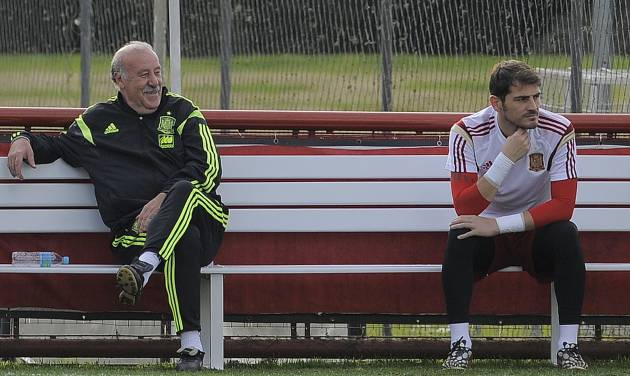 Spain's head coach Vicente del Bosque, left, and player Iker Casillas attend a training session at he Atletico Paranaense training center in Curitiba, Brazil, Saturday, June 14, 2014. Spain will play in group B of the Brazil 2014 World Cup. (AP Photo/Manu Fernandez)