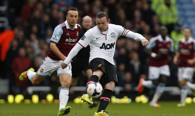 Manchester United's Wayne Rooney, right, scores from 45 yards out against West Ham United during their English Premier League soccer match at Upton Park, London, Saturday, March 22, 2014. (AP Photo/Sang Tan)