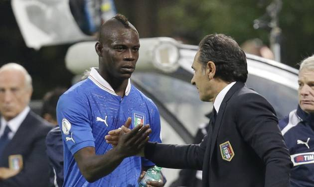 Italy coach Cesare Prandelli congratulates forward Mario Balotelli during a World Cup Group B qualifying soccer match between Italy and Denmark, in Milan, Italy, Tuesday, Oct.16, 2012. (AP Photo/Luca Bruno)