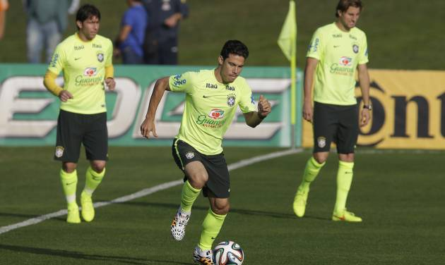 Brazil's Hernanes, center, practices during a training session at the Granja Comary training center in Teresopolis, Brazil, Tuesday, July 1, 2014. Brazil will face Colombia on July 4 in a quarter-final of the 2014 soccer World Cup. (AP Photo/Andre Penner)