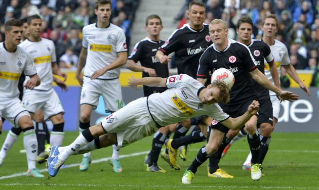 Moenchengladbach's Tony Jantschke jumps for the ball during the German first division Bundesliga soccer match between Borussia Moenchengladbach and Eintracht Frankfurt in Moenchengladbach, Germany, Sunday, Oct. 7, 2012. (AP Photo/Martin Meissner)