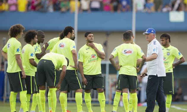 Brazil's coach Luiz Felipe Scolari gives instructions to his players during a practice session at the Serra Dourada stadium in Goiania, Brazil, Monday, June 2, 2014. Brazil will face Panama on Tuesday in preparation for the World Cup soccer tournament that starts on 12 June. (AP Photo/Andre Penner)