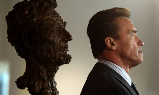 """FILE - In this Feb 11, 2009 file photo, former Gov. Arnold Schwarzenegger and a bust of Abraham Lincoln are seen in profile during a celebration of Lincoln's 200 birthday held at the California Museum of History, Women and the Arts in Sacramento, Calif. Schwarzenegger, who came to office during California's historic 2003 recall election, will soon be releasing his autobiography, """"Total Recall: My Unbelievably True Life Story.""""(AP Photo/Rich Pedroncelli, file)"""