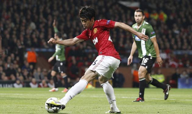 Manchester United's Shinji Kagawa, center, crosses a ball during his team's Champion's League group H soccer match against Braga at Old Trafford Stadium in Manchester, England, Tuesday Oct. 23, 2012. (AP Photo/Jon Super)