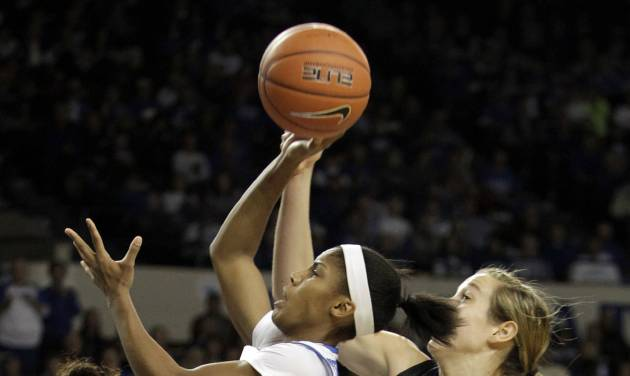 Kentucky's Janee Thompson, center, shoots between Florida's Cassie Peoples, left, and Lily Svete during the first half of an NCAA college basketball game, Sunday, Jan. 5, 2014, in Lexington, Ky. (AP Photo/James Crisp)