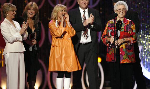 """FILE - In this April 14, 2007, file photo, Florence Henderson, from left, Susan Olsen, Maureen McCormick, Lloyd Schwartz and Ann B. Davis of the television show """"The Brandy Bunch"""" accept the Pop Culture Award during the 5th Annual TV Land Awards in Santa Monica, Calif. Emmy-winning actress Davis has died at a San Antonio hospital on Sunday, June 1, 2014. She was 88. (AP Photo/Gus Ruelas, File)"""
