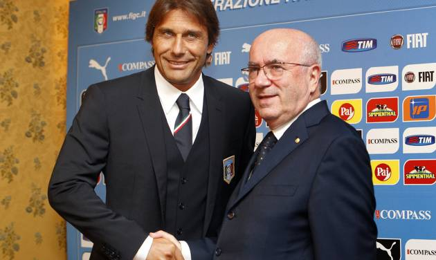 Italian national soccer team's new coach Antonio Conte, left, poses for photographers with Italian Soccer Federation (FIGC) President Carlo Tavecchio, prior to the start of the press conference for his presentation, in Rome, Tuesday, Aug. 19, 2014. (AP Photo/Riccardo De Luca)