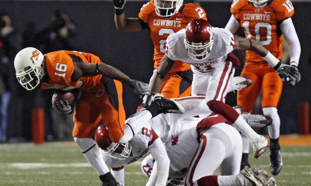 Oklahoma State's Perrish Cox (16) breaks away from Oklahoma's Brian Jackson (2) and Lendy Holmes (11) for a kick return for a touchdown during the second half of the college football game between the University of Oklahoma Sooners (OU) and Oklahoma State University Cowboys (OSU) at Boone Pickens Stadium on Saturday, Nov. 29, 2008, in Stillwater, Okla.    STAFF PHOTO BY CHRIS LANDSBERGER