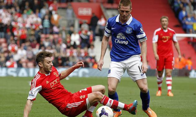 Southampton's Adam Lallana, left, and Everton's Ross Barkley try to control the ball during their English Premier League soccer match at St Mary's ground in Southampton, Saturday April 26, 2014. (AP Photo / Chris Ison, PA) UNITED KINGDOM OUT - NO SALES - NO ARCHIVES