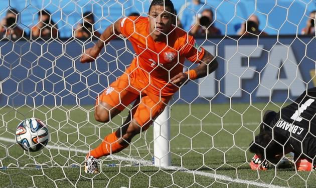 Netherlands' Memphis Depay celebrates scoring his side's second goal during the group B World Cup soccer match between the Netherlands and Chile at the Itaquerao Stadium in Sao Paulo, Brazil, Monday, June 23, 2014. (AP Photo/Frank Augstein)