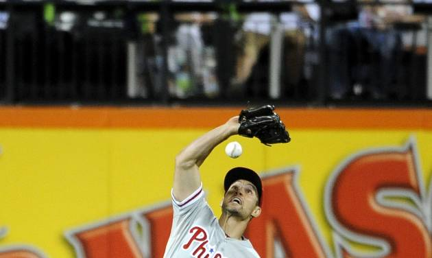 Philadelphia Phillies left fielder Grady Sizemore misses New York Mets' Juan Lagares's fly ball, allowing two runs to score, in the seventh inning of a baseball game at Citi Field, Friday, Aug. 29, 2014, in New York. Sizemore received an error on the play. (AP Photo/Kathy Kmonicek)