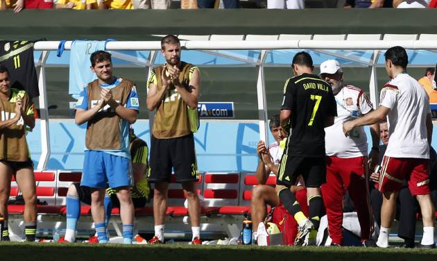Spanish players applaud as Spain's David Villa (7), is substituted during the group B World Cup soccer match between Australia and Spain at the Arena da Baixada in Curitiba, Brazil, Monday, June 23, 2014.