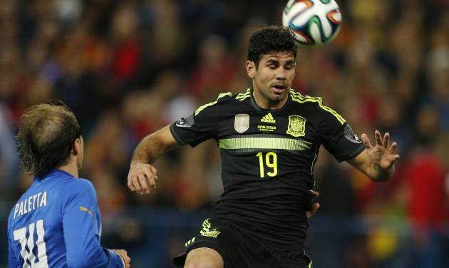 Spain's Diego Costa, right controls the ball in front of Italy's Gabriel Paletta during a friendly soccer match against Italy at the Vicente Calderon stadium in Madrid, Wednesday March 5, 2014. (AP Photo/Paul White)
