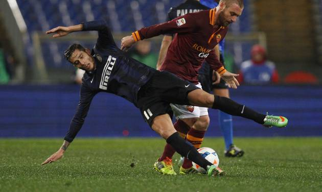 AS Roma midfielder Daniele De Rossi, right, fouls Inter Milan midfielder Gabriel Alvarez during an Italian Serie A soccer match between AS Roma and Inter Milan at Rome's Olympic stadium, Saturday, March 1, 2014. (AP Photo/Alessandra Tarantino)