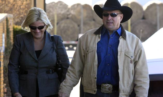 Country music star Garth Brooks, right, walks into a Rogers County Courthouse in Tulsa, Okla. with his wife Trisha Yearwood, on Tuesday, Jan. 17, 2012. Brooks appeared before the jurors who will hear his claim that an Oklahoma hospital refused to name a building for his late mother after he gave it $500,000. (AP Photo/The Tulsa World, Cory Young) ONLINE OUT; TV OUT; TULSA OUT