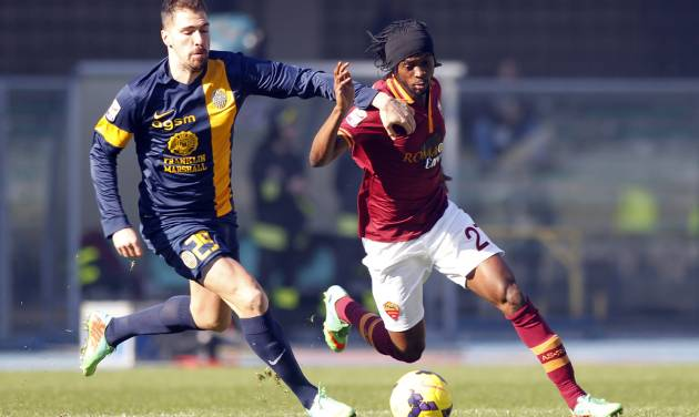 AS Roma's Gervinho, right, of Ivory Coast, and Hellas Verona's Francesco Cacciatore fight for the ball during a Serie A soccer match at the Bentegodi stadium in Verona, Italy, Sunday, Jan. 26, 2014. (AP Photo/Felice Calabro')