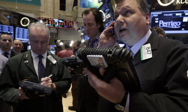George Ettinger, right, works with fellow traders on the floor of the New York Stock Exchange, Monday, March 3, 2014. Global stock markets are down sharply on tensions over Russia's military advance into Ukraine and the threat of sanctions by Western governments. (AP Photo/Richard Drew)